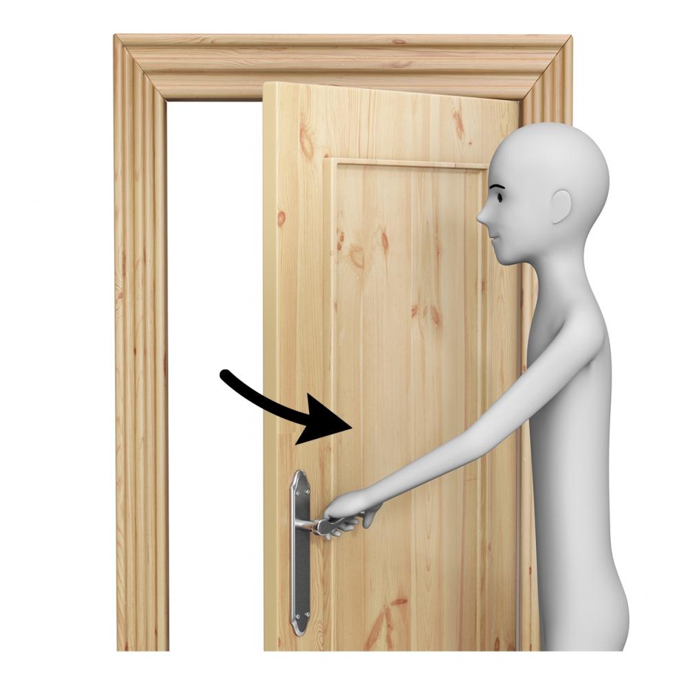 Persona abriendo una puerta
