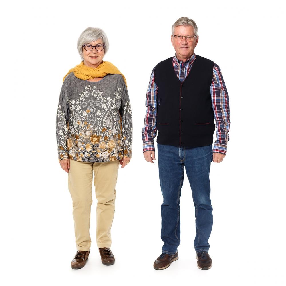 Imagen en la que se ve un hombre y una mujer mayores de cuerpo entero