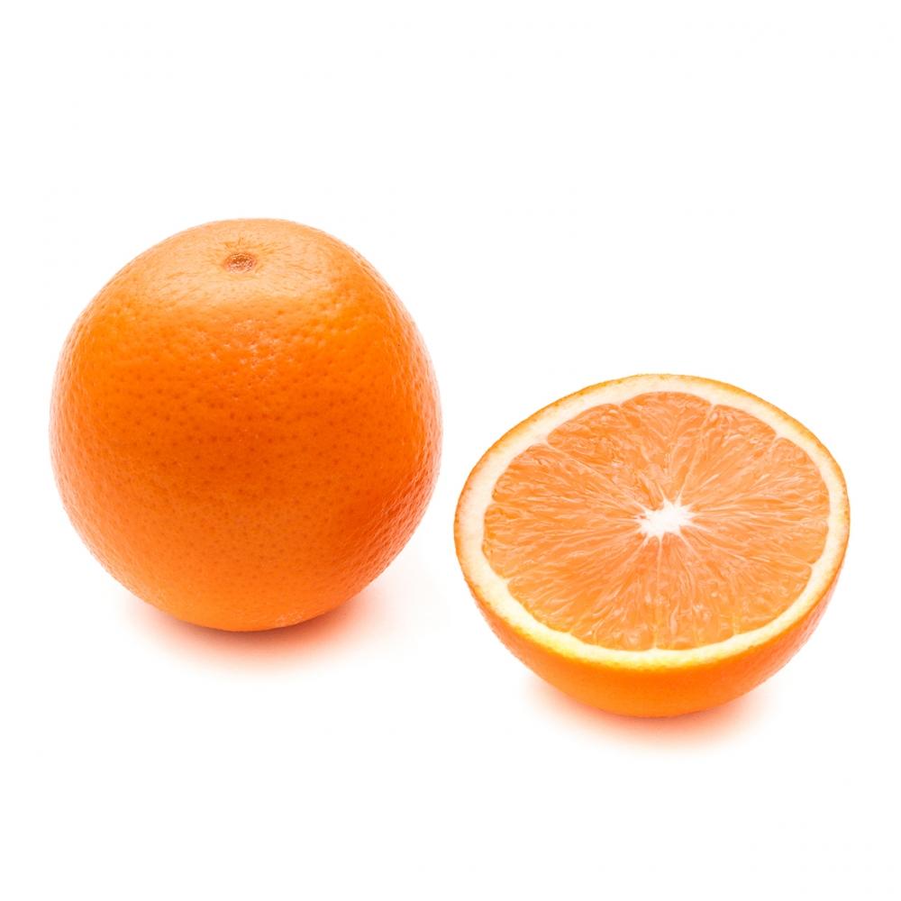 Imagen en la que se ve una naranja entera y media partida a su lado
