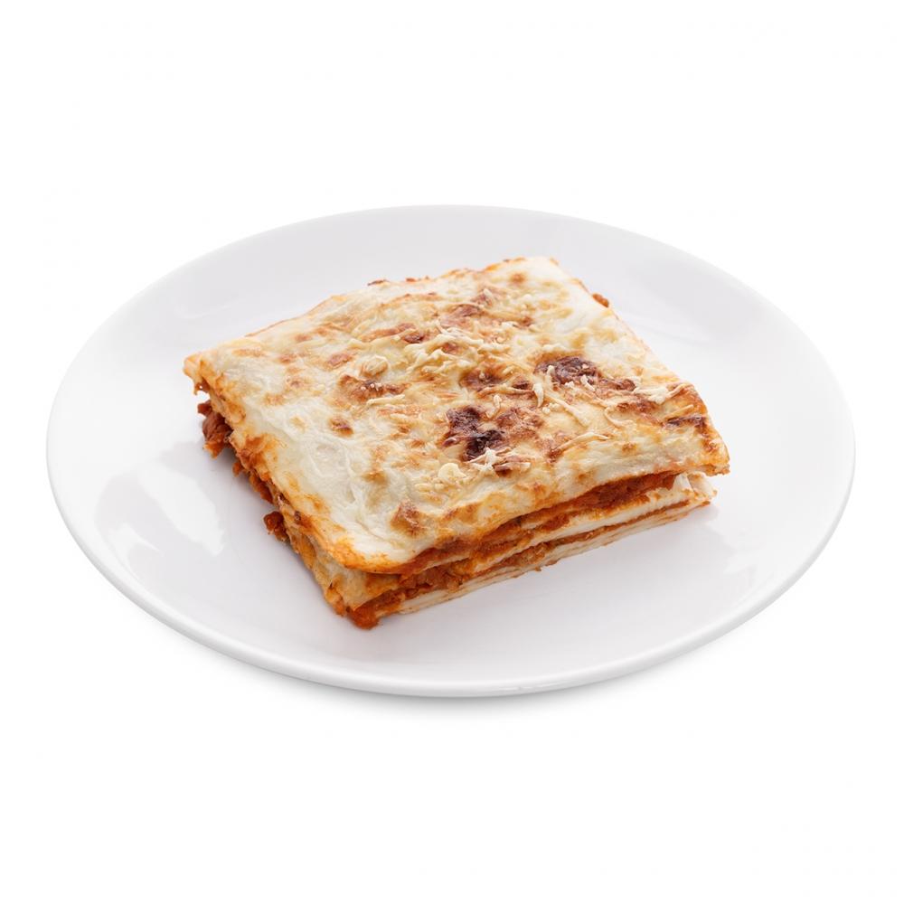 Imagen en la que se ve un plato de lasaña