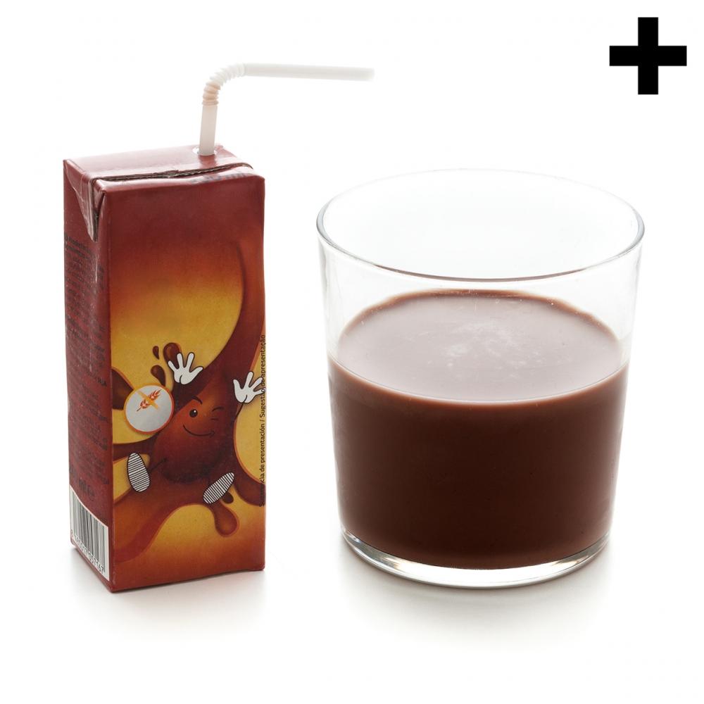 Imagen en la que se ve una caja de batido de chocolate con una pajita y un vaso con batido de chocolate