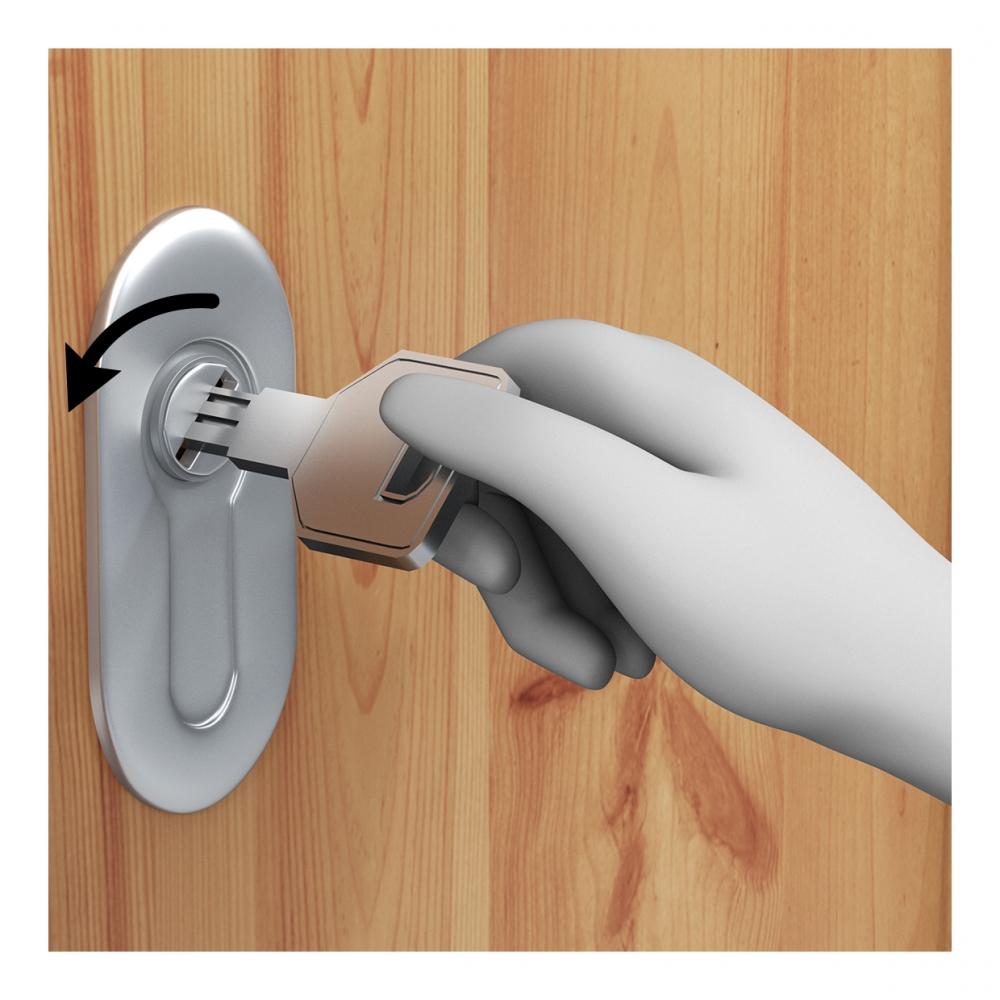 Una mano cierra una cerradura con una llave