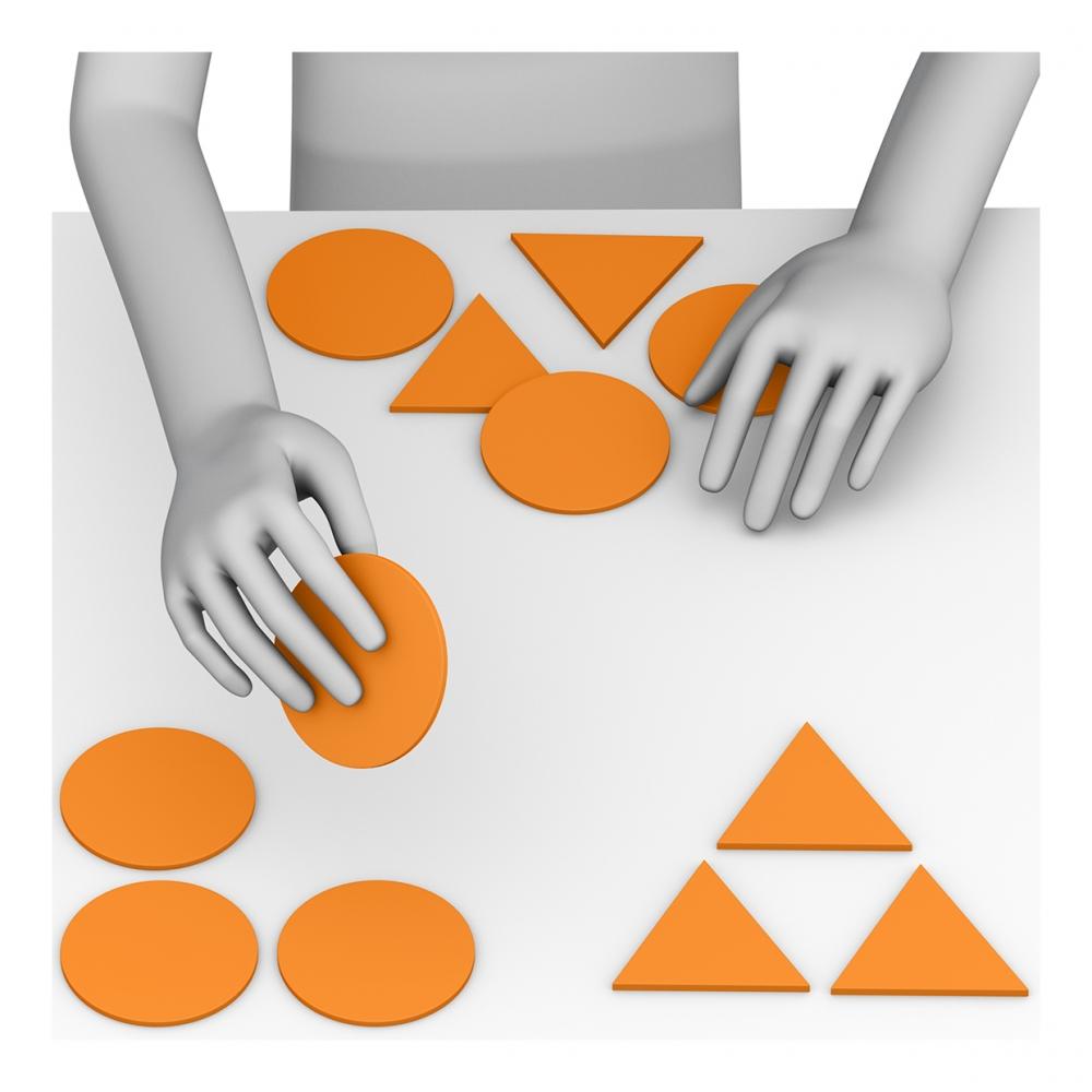 Imagen en la que se ve unas manos clasificando objetos por sus formas
