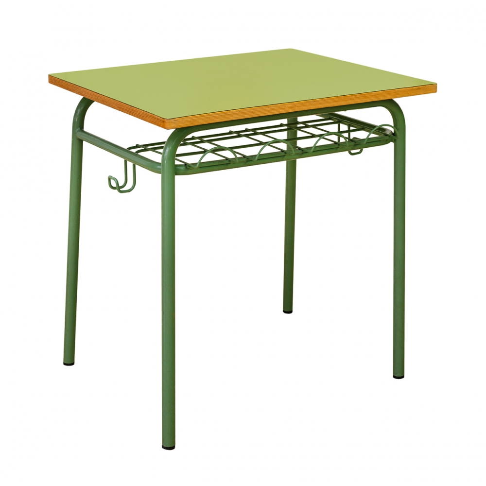 Imagen en la que aparece una mesa de colegio