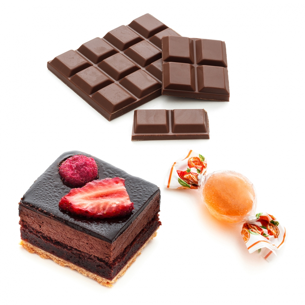 Imagen en la que se ven tres dulces: un pastel, un caramelo y una tableta de chocolate