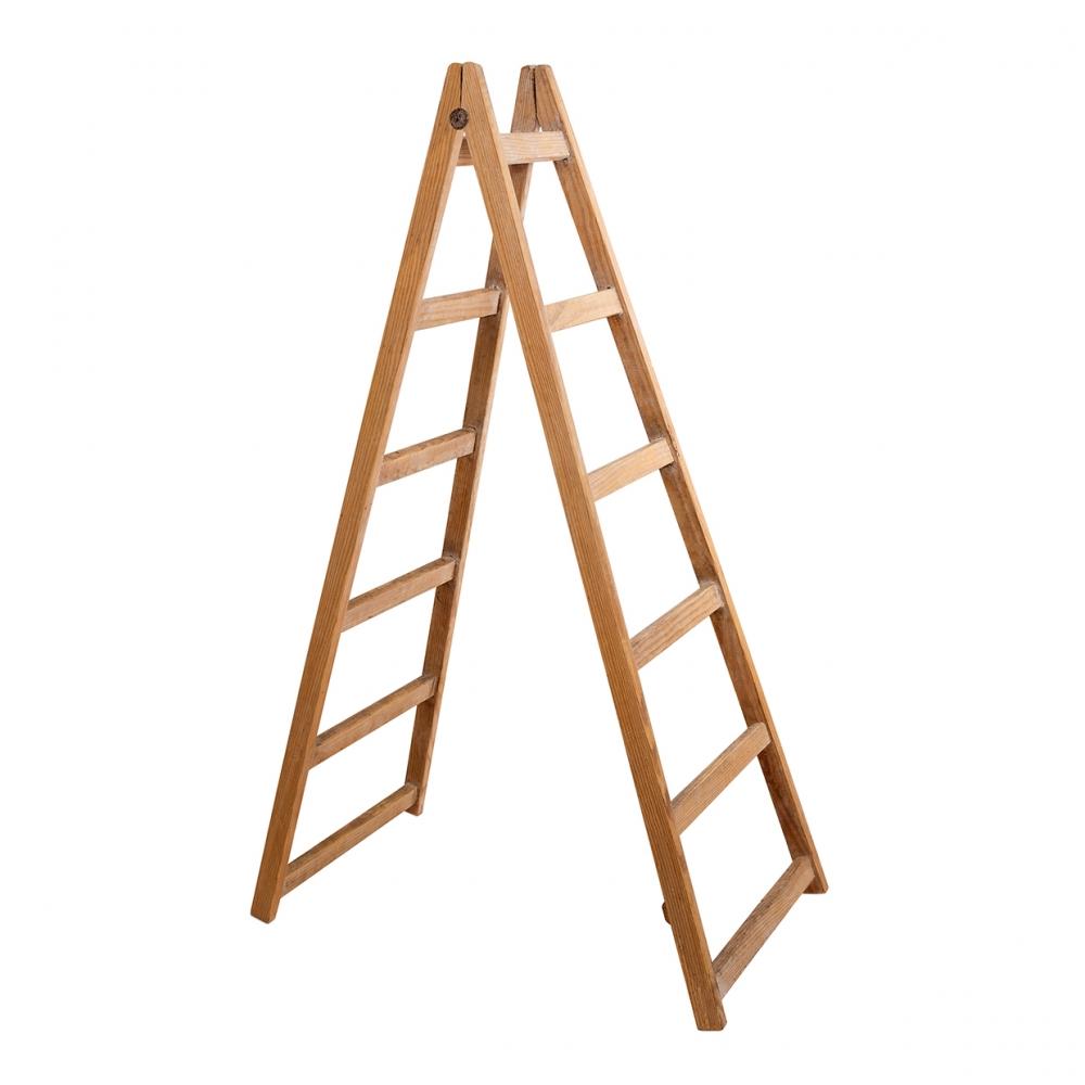 Imagen en la que se ve una escalera de madera