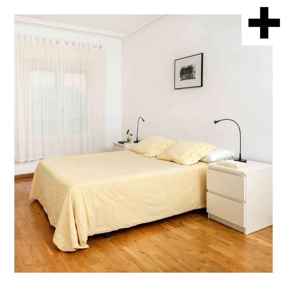 Imagen en la que se ve un dormitorio con cama de matrimonio
