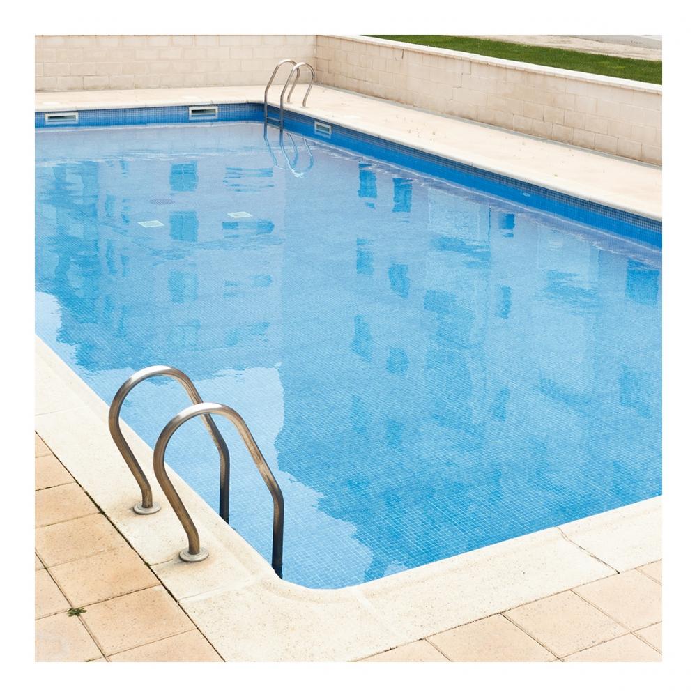 Imagen en la que se ve una piscina exterior