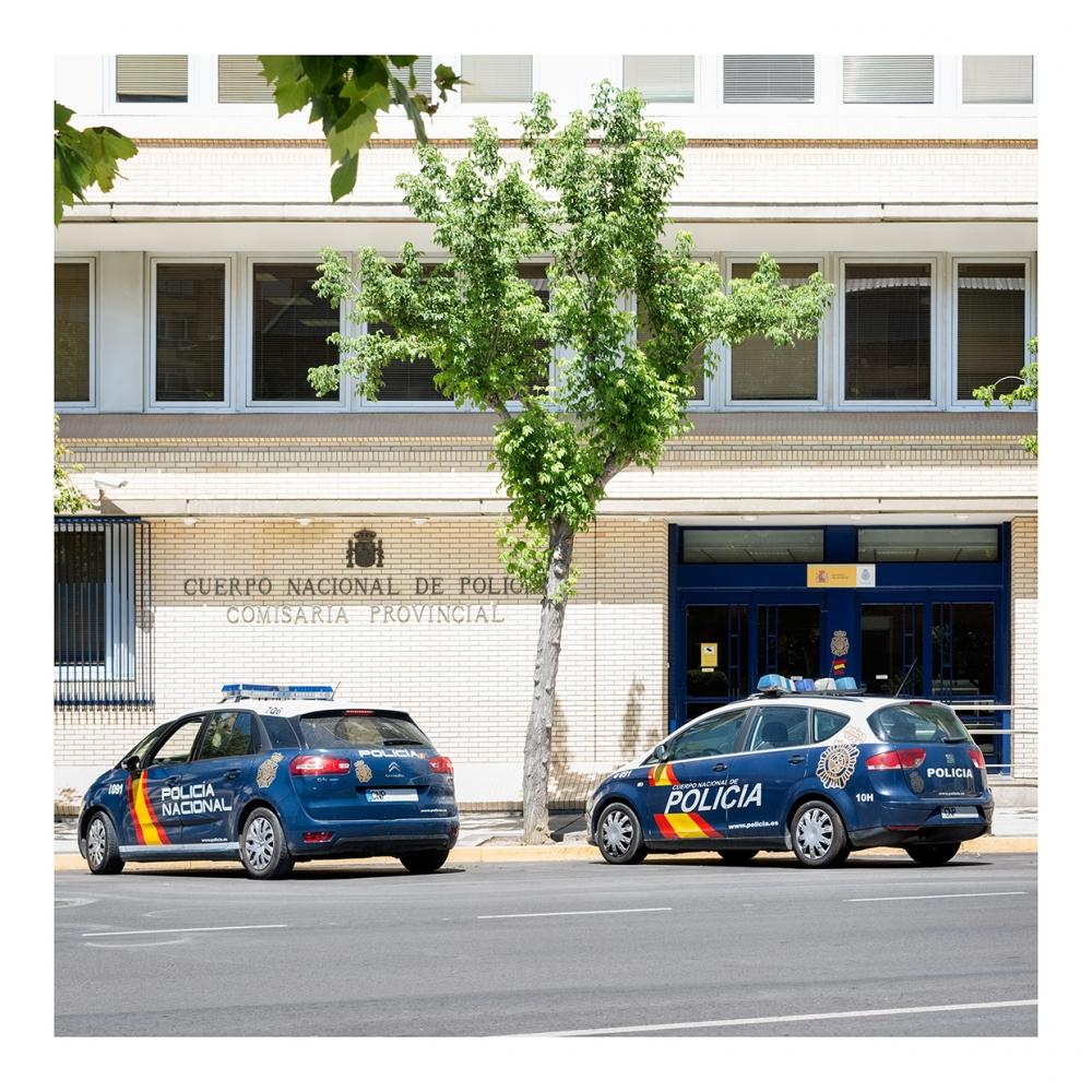 Imagen en la que se ve la fachada de una comisaría de policía