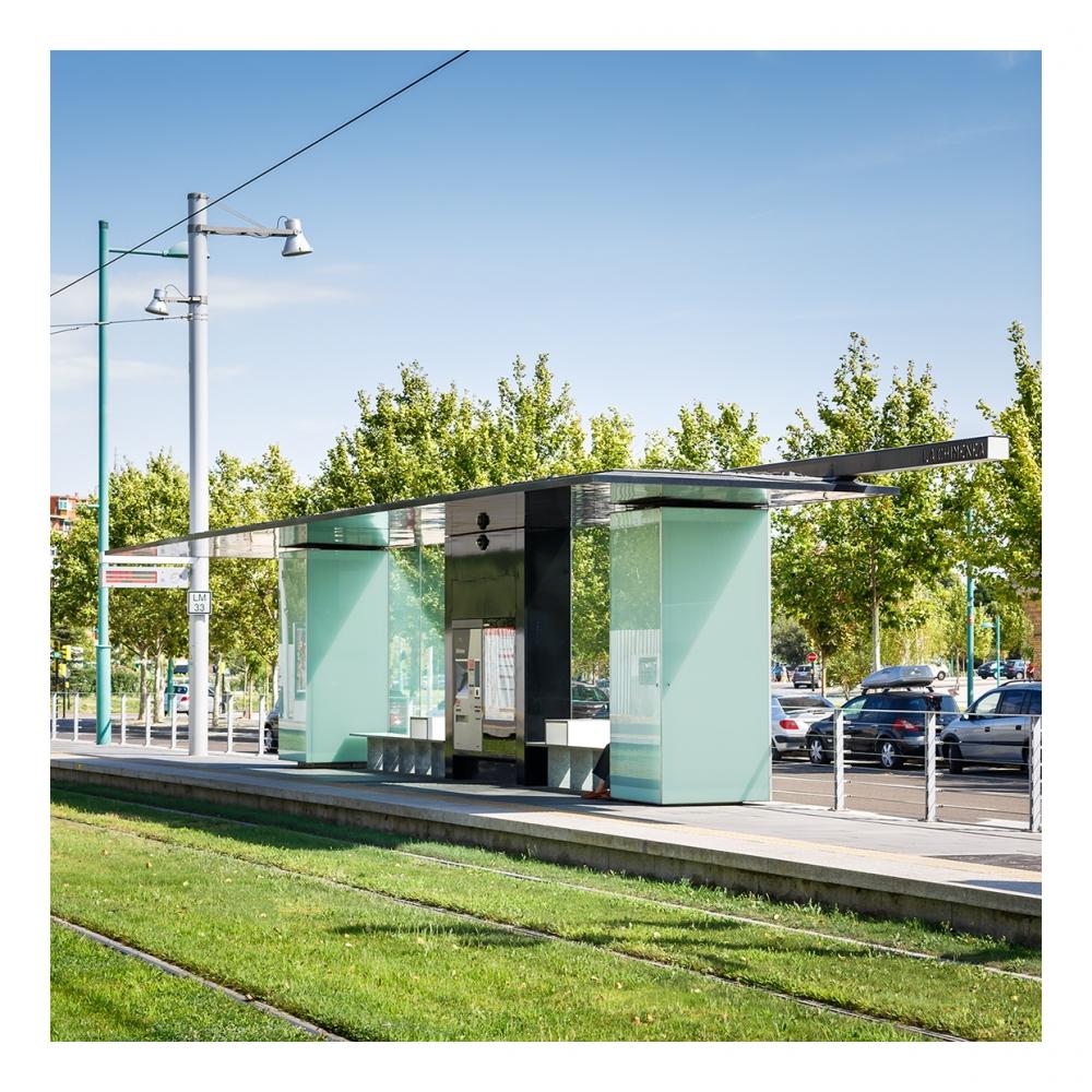 Imagen en la que se ve una parada de tranvía