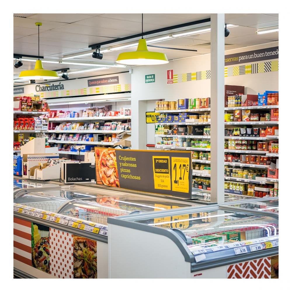 Imagen en la que se ve el interior de un supermercado