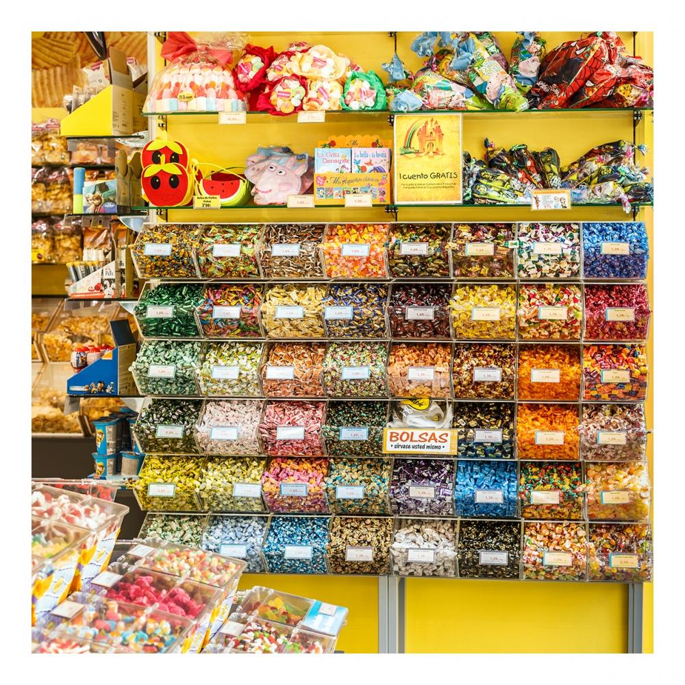 Imagen en la que se ve una tienda de caramelos