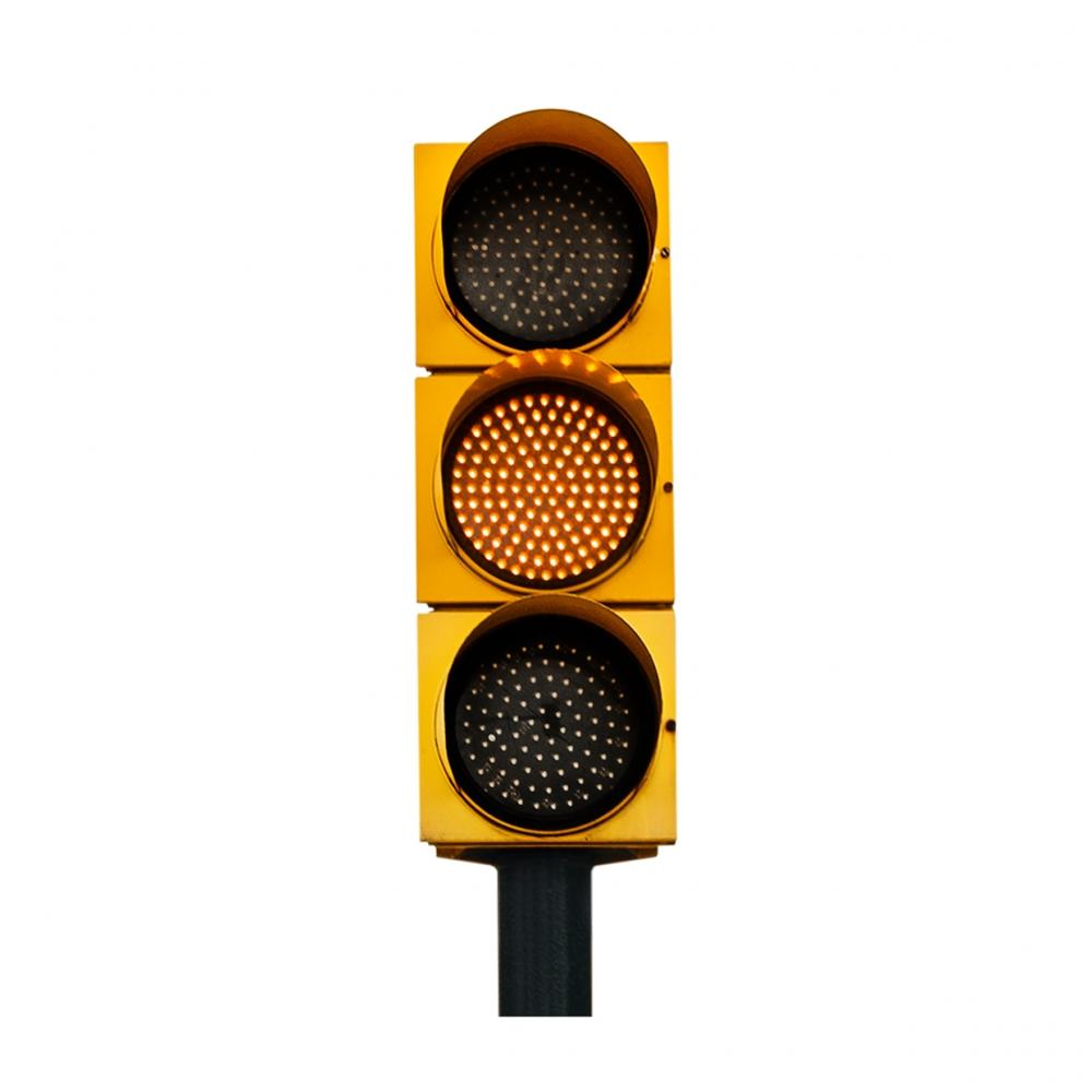 Imagen en la que se ve un semáforo con la luz ámbar iluminada
