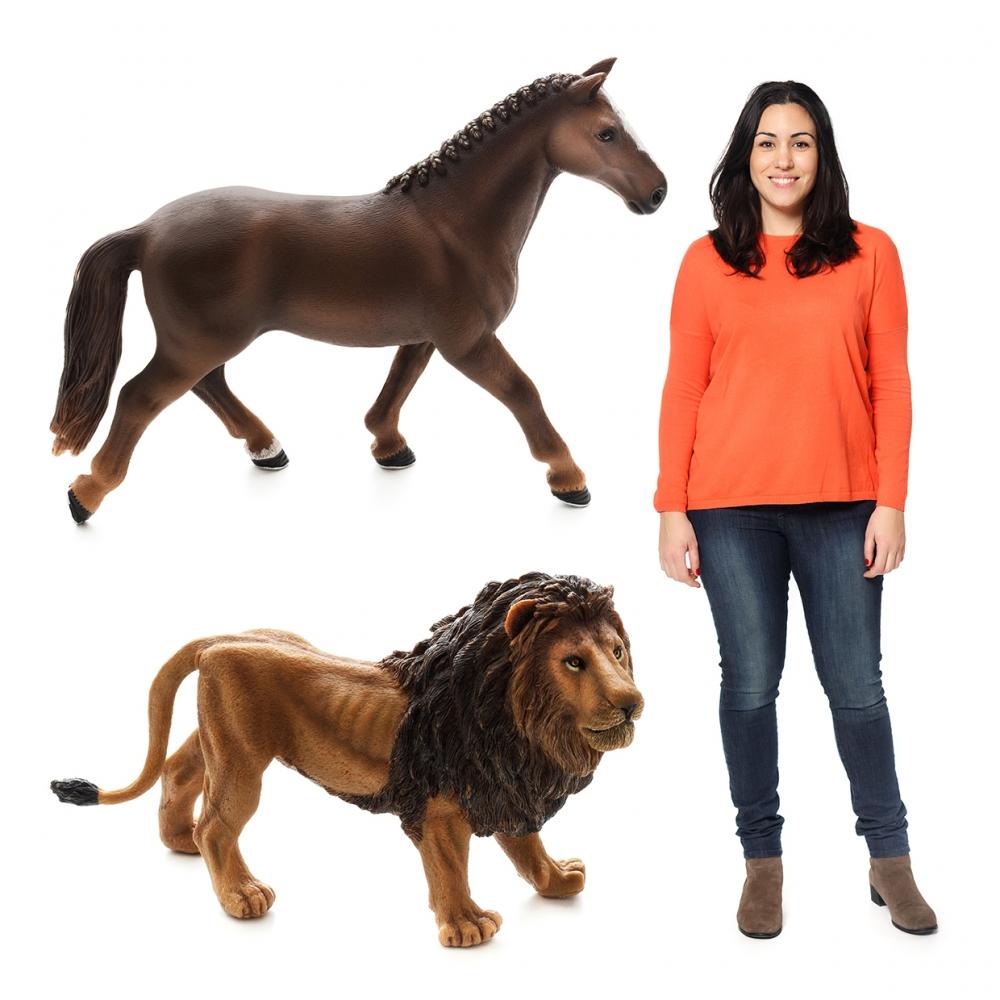 Imagen en la que se ven tres mamíferos: una mujer, un león y un caballo