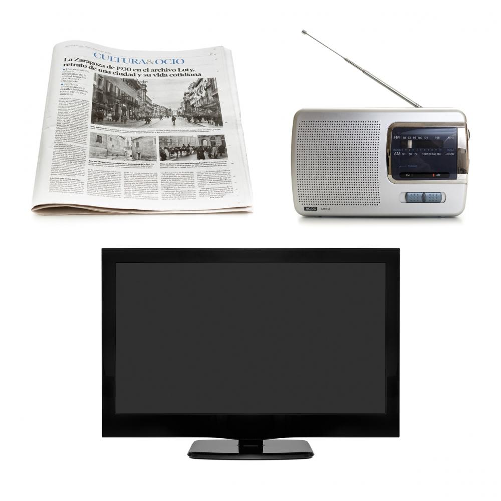 Imagen en la que se ven tres medios de comunicación: un periódico, una radio y una televisión