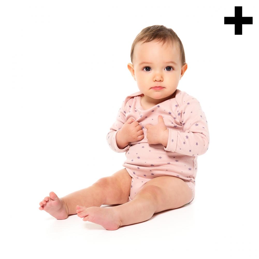Imagen en la que se ve un bebé sentado en el suelo