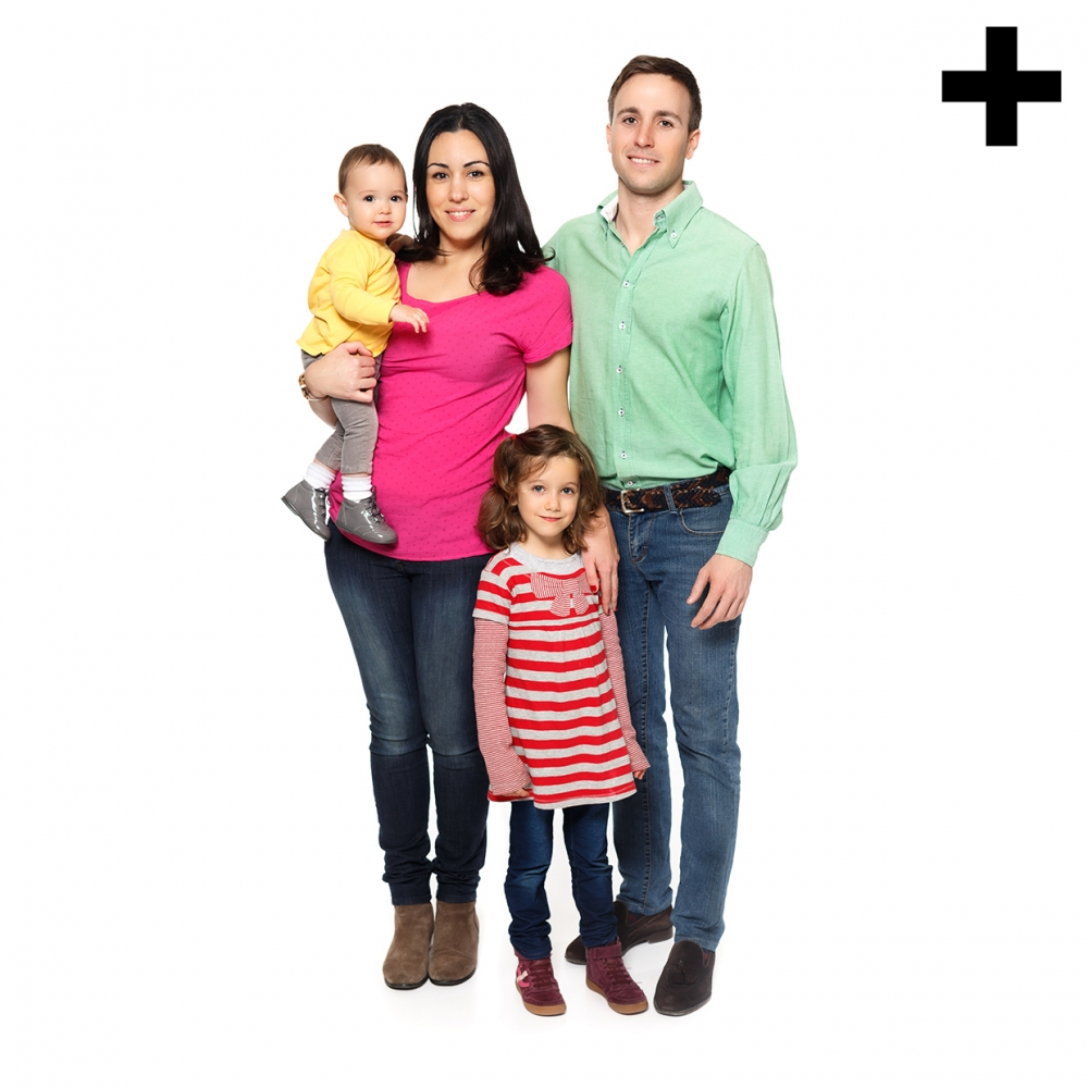 Imagen en la que se ve una familia compuesta por madre, padre, una hija y un hijo