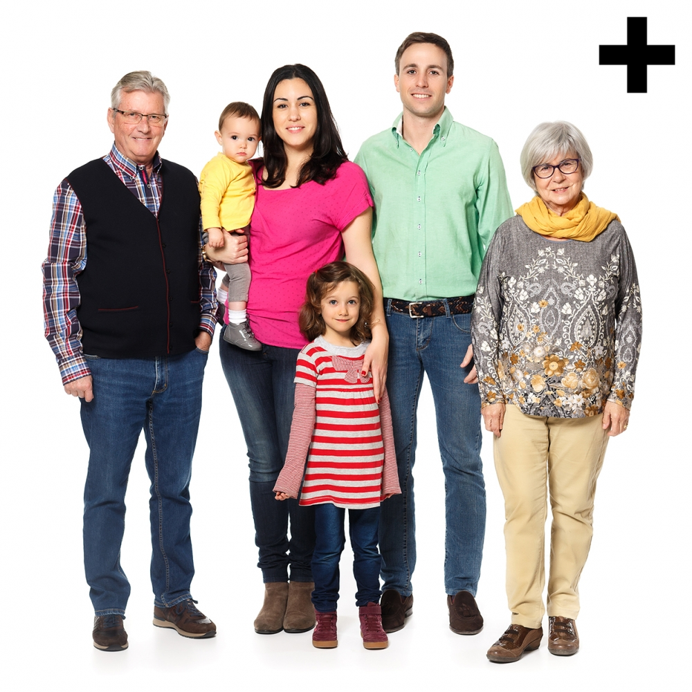 Imagen en la que se ve una familia compuesta por abuelo, abuela, madre, padre, una hija y un hijo