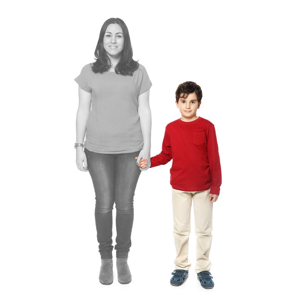 Imagen en la que se ve un hijo de la mano de su madre