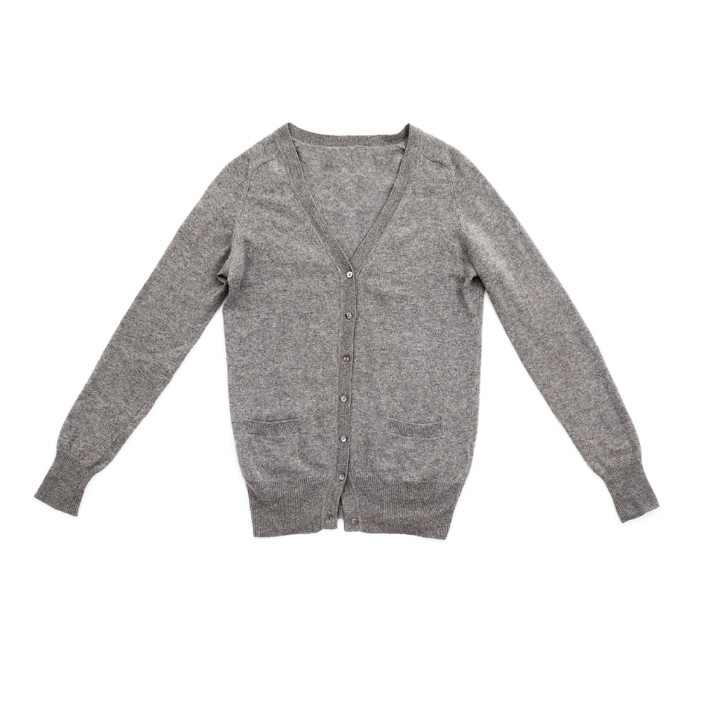 Imagen en la que se ve una chaqueta de color gris