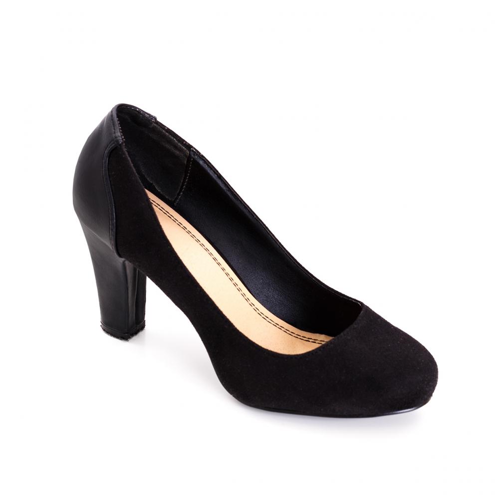 Imagen en la que se ve un único zapato de tacón de color negro