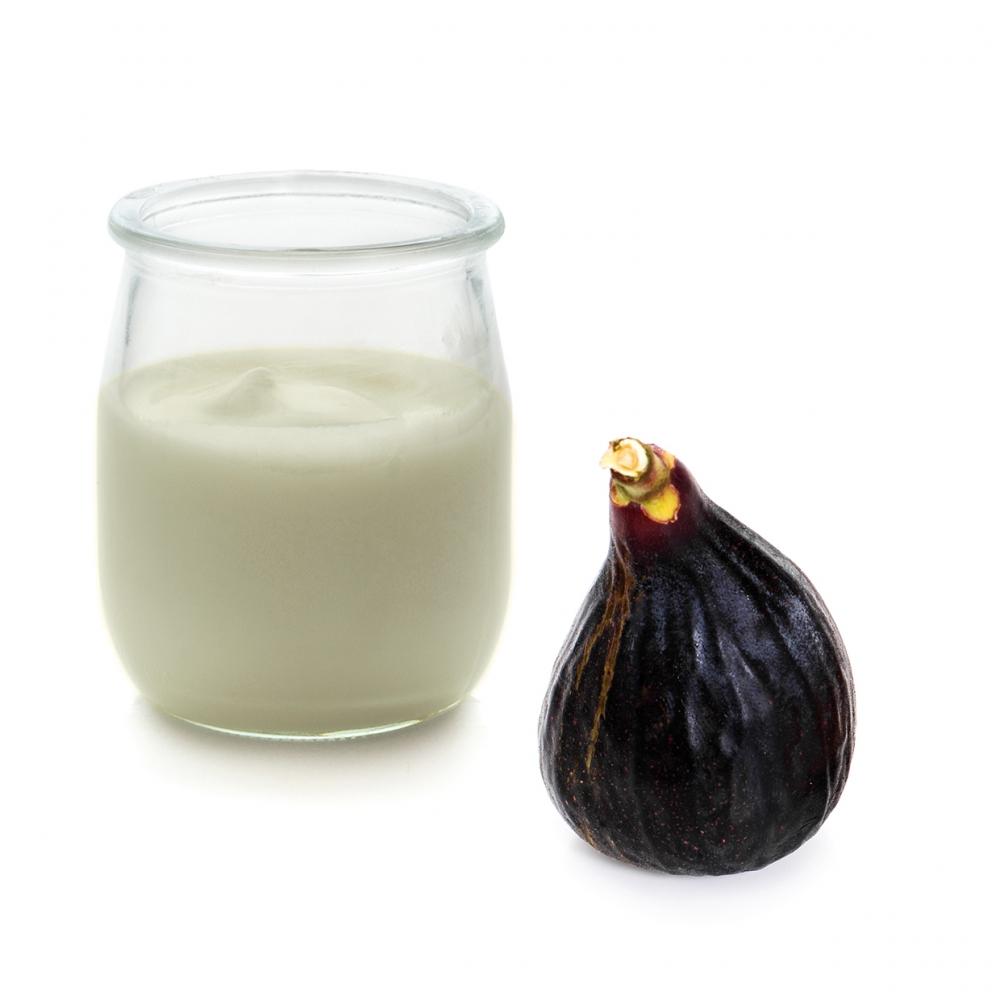 Imagen en la que se ve un yogur de higo
