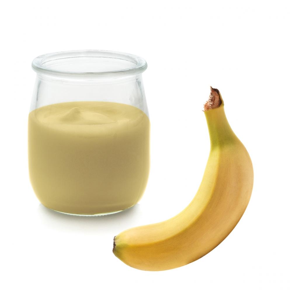 Imagen en la que se ve un yogur de plátano