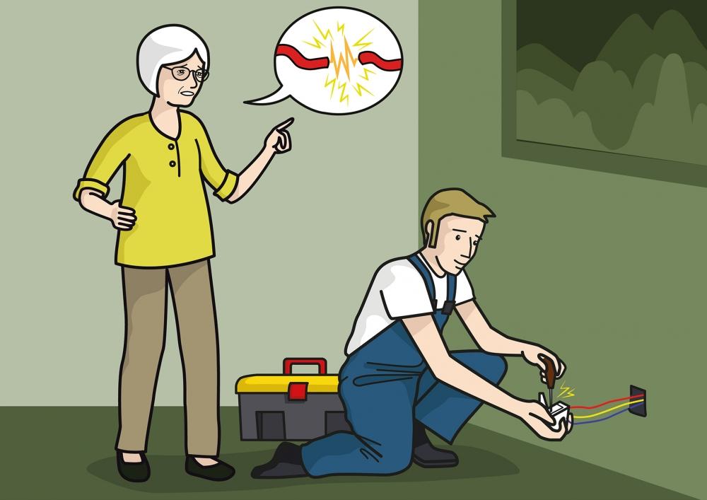 El electricista arregla el enchufe