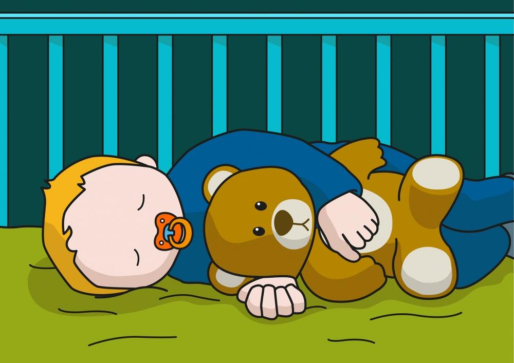 En la escena, se observa un bebé tumbado en la cuna durmiendo y agarrado a un oso de peluche.