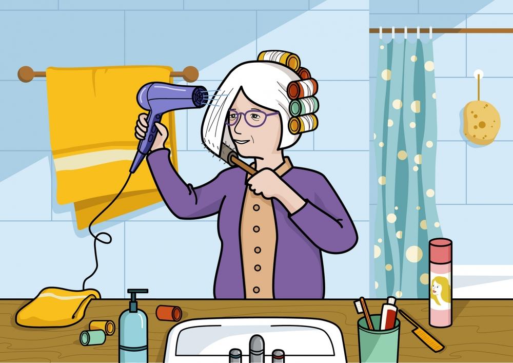 La abuela se seca el pelo con el secador