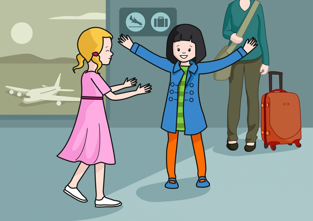 Escena en la que se ve a una niña contenta porque su amiga ha ido a recogerle al aeropuerto