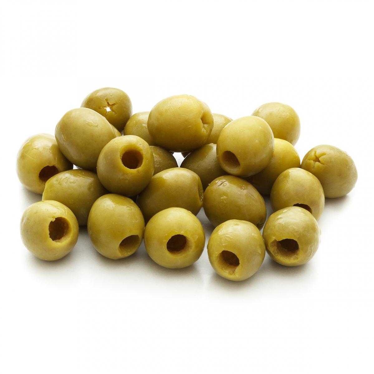 Imagen en la que se ve un montón de olivas verdes rellenas