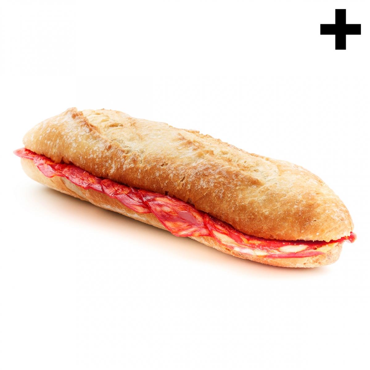 Imagen en la que se ve una barra de pan abierta por la mitad con rodajas de chorizo en su interior