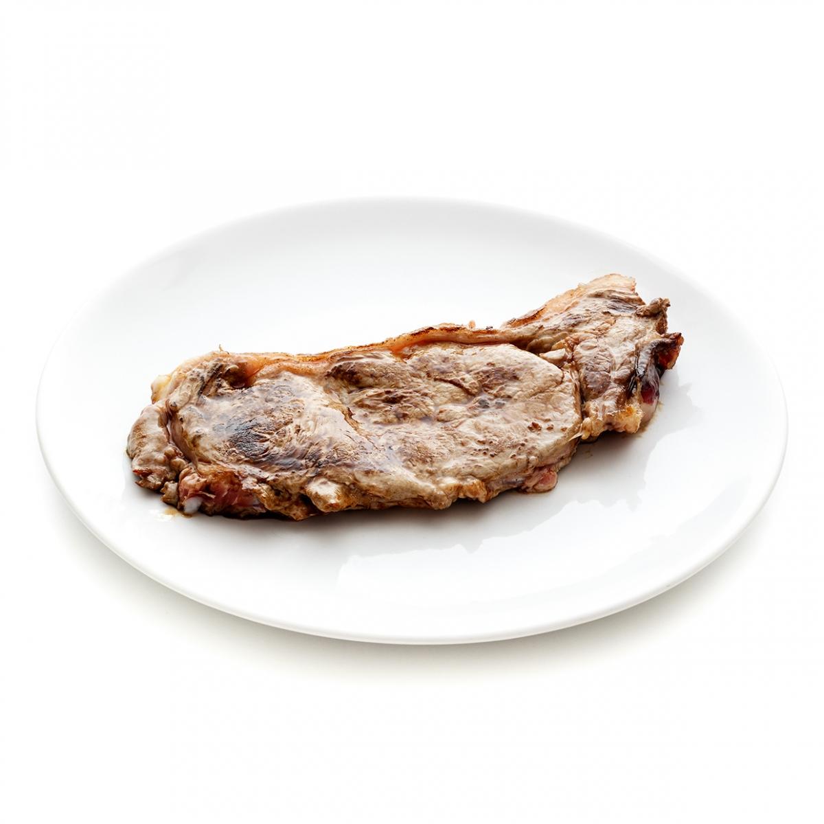 Imagen en la que se ve un plato con un filete de carne cocinado