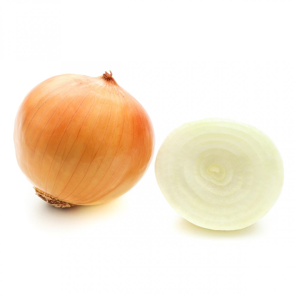 Imagen en la que se ve una cebolla con piel y una cebolla partida por la mitad
