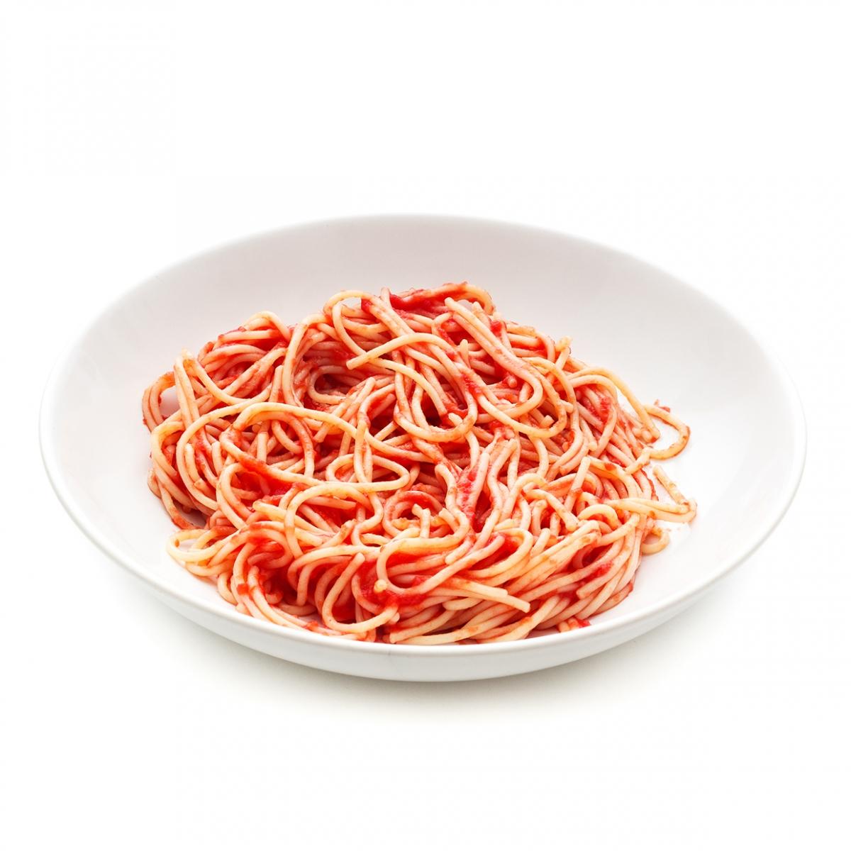 Imagen en la que se ve un plato de espaguetis con tomate frito