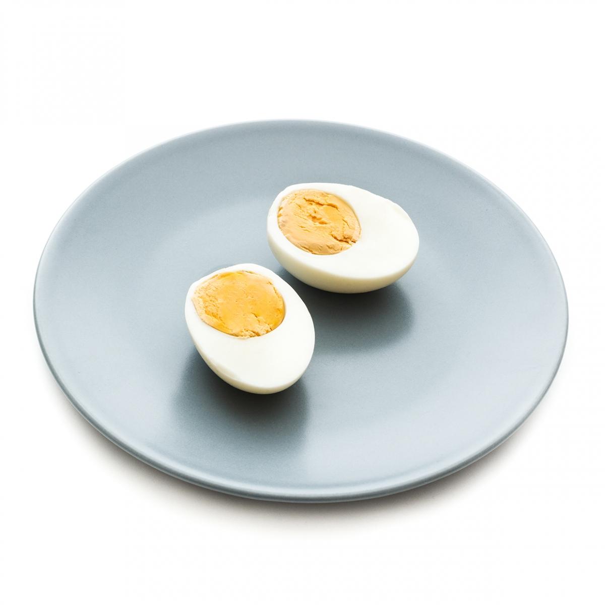 Imagen en la que se ve un plato con un huevo duro partido por la mitad y pelado