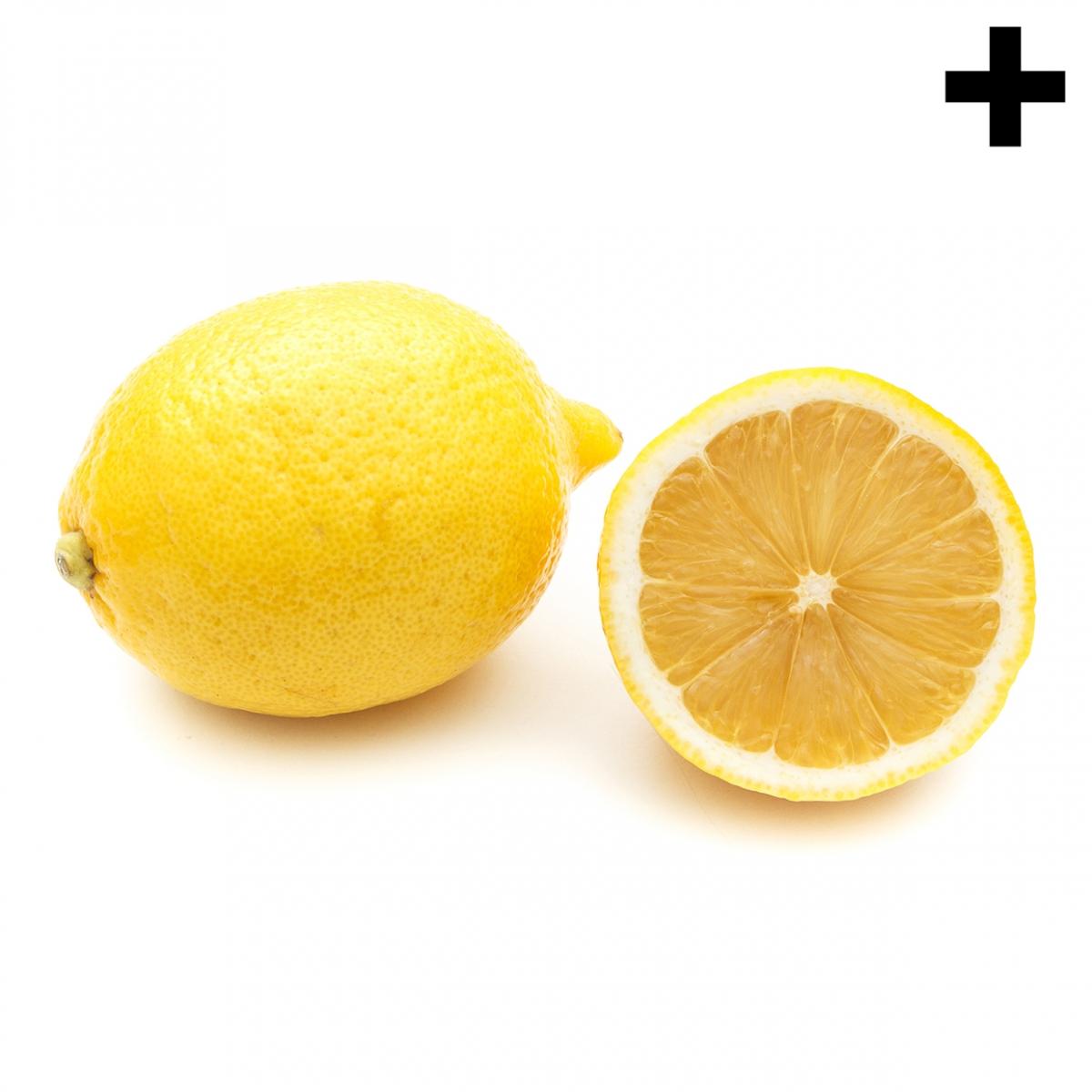 Imagen en la que se ve un limón entero y medio delante de él