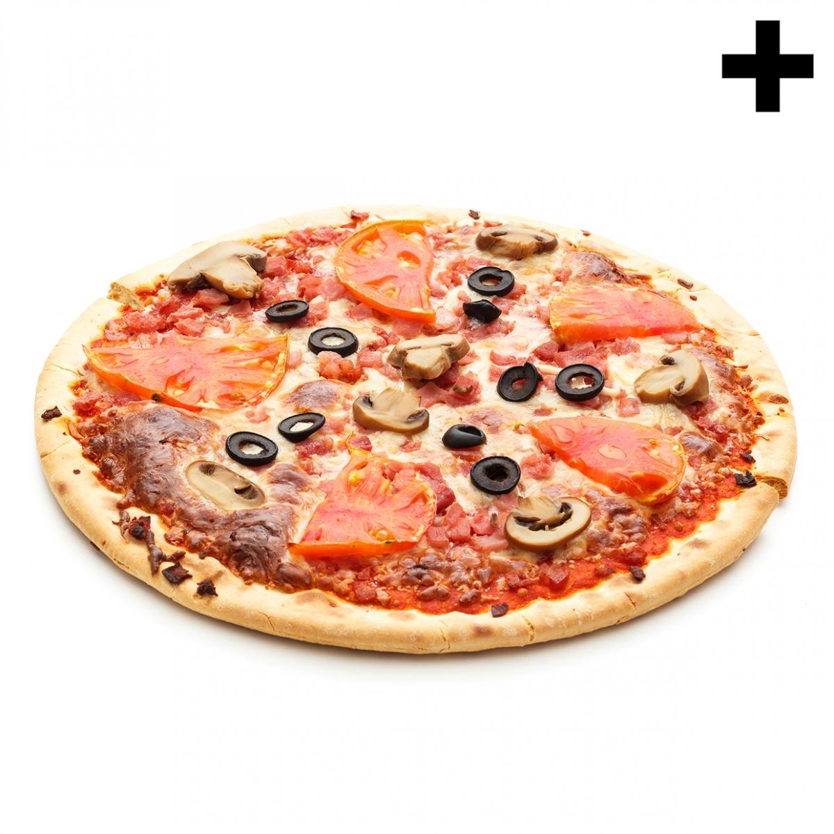 Imagen en la que se ve una pizza de olivas, champiñones y tomate ya cocinada