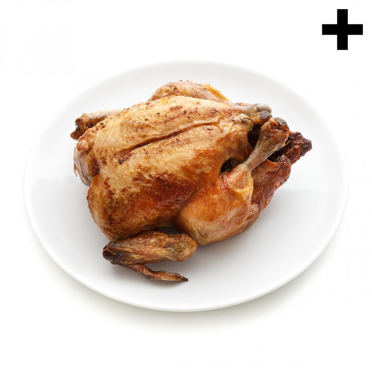 Imagen en la que se ve un pollo asado sobre un plato