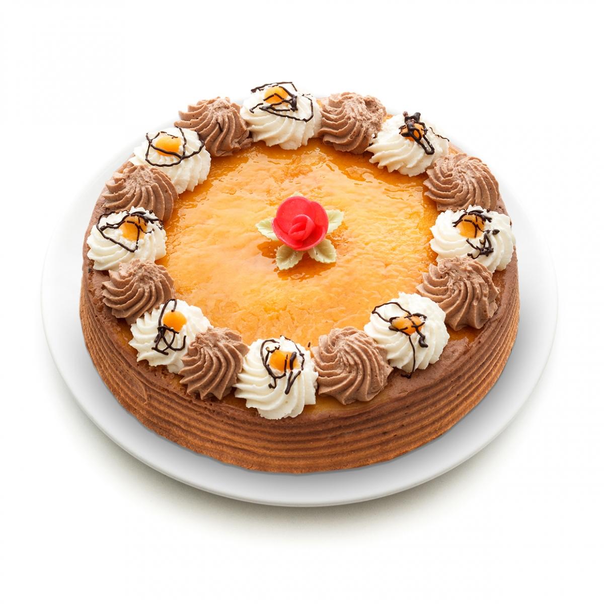 Imagen en la que se ve una tarta entera rematada por nata, trufa y una flor