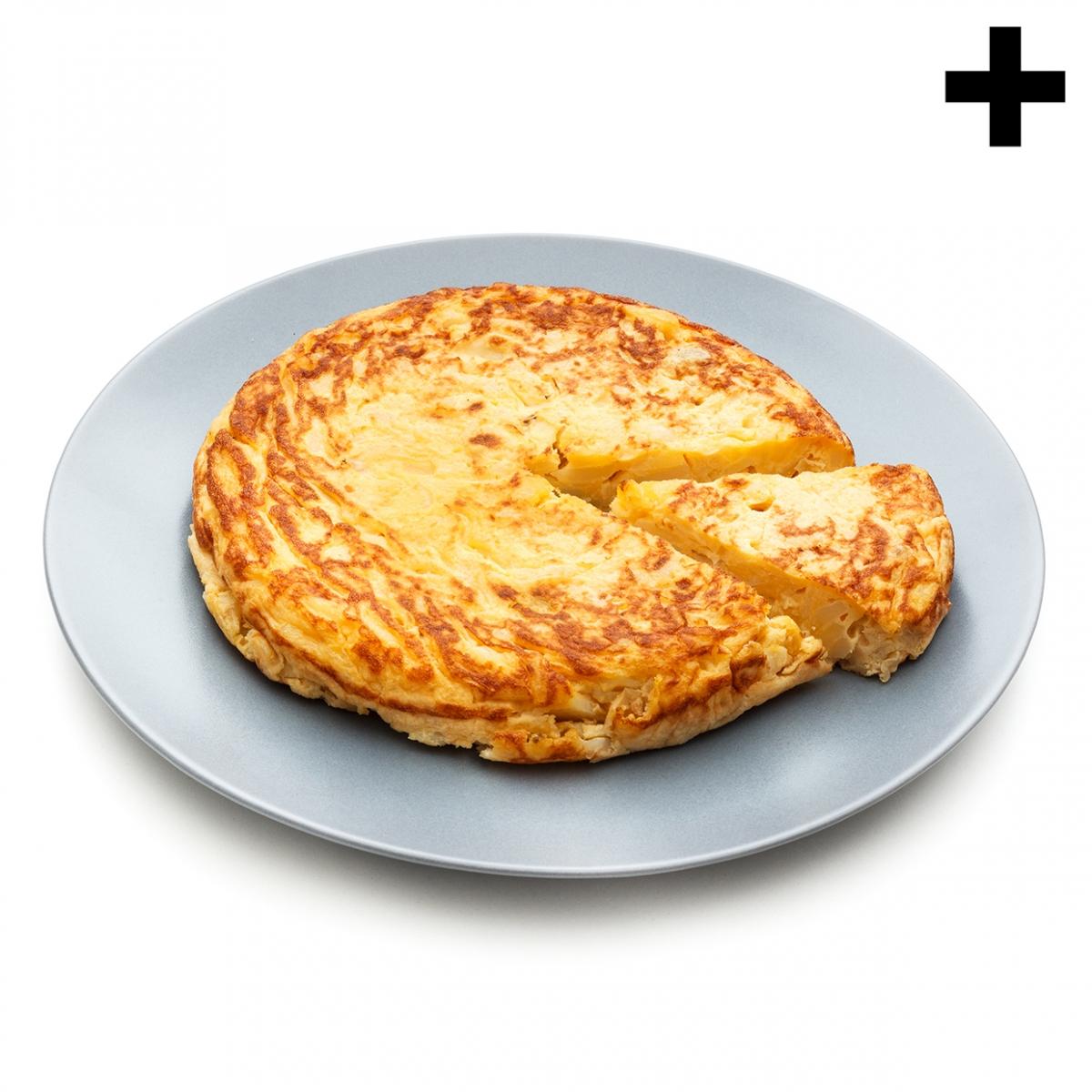 Imagen en la que se ve un plato con una tortilla de patata entera a la que se le ha cortado un trozo que sobresale ligeramente de la tortilla