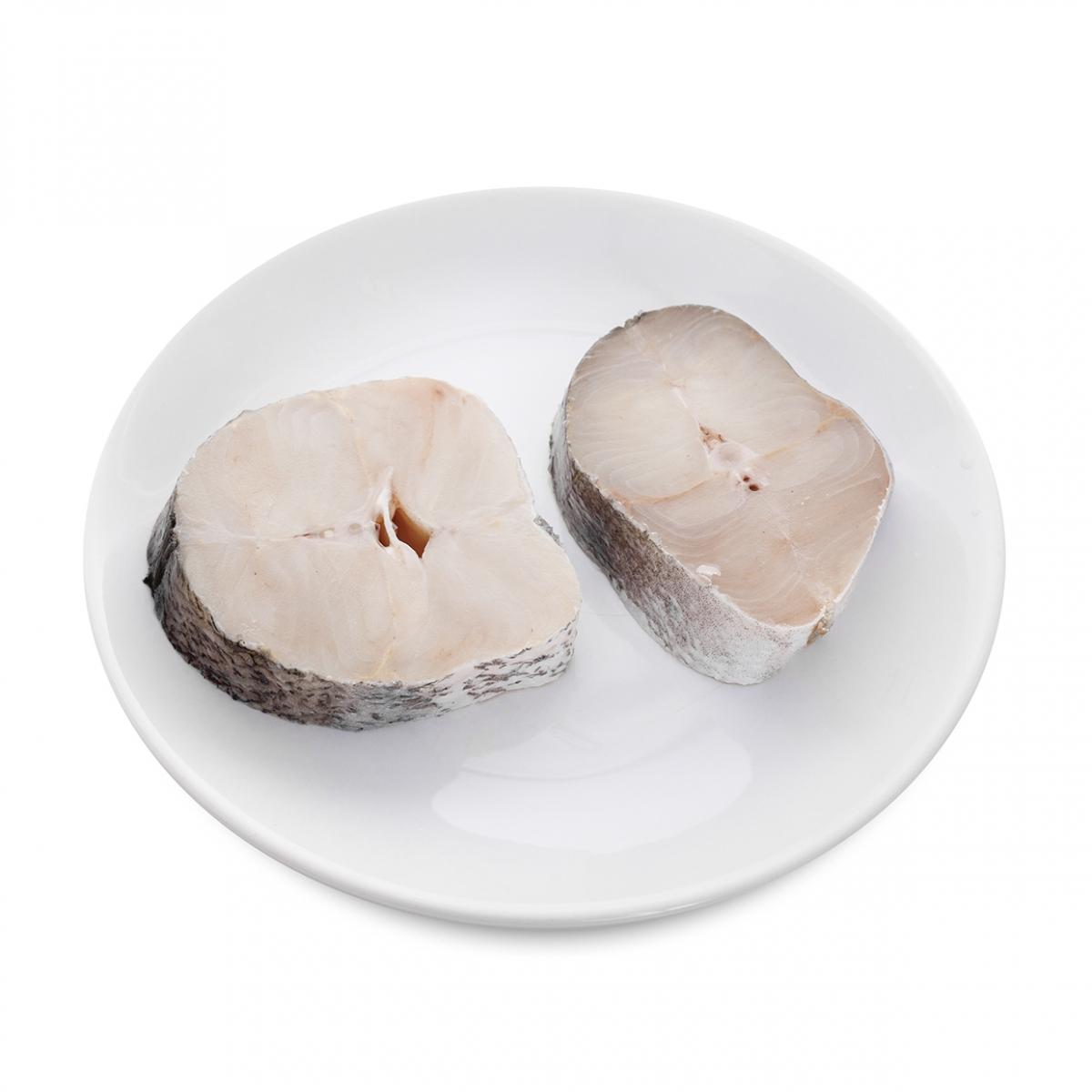 Imagen en la que se ve un plato con dos rodajas de merluza