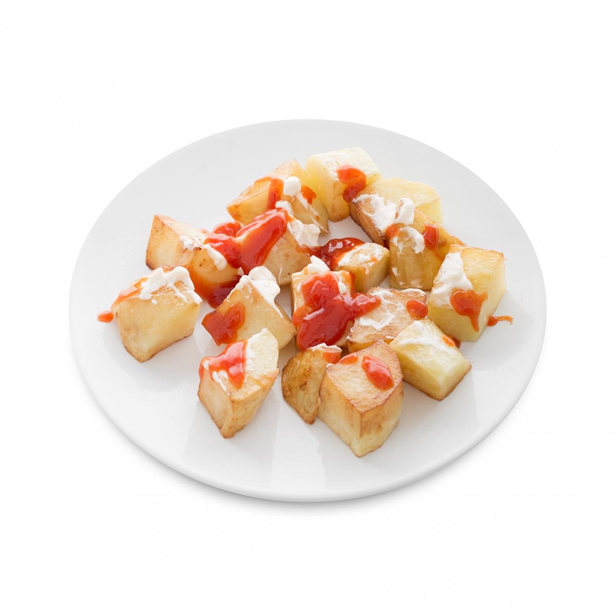 Imagen en la que se ve un plato de patatas bravas