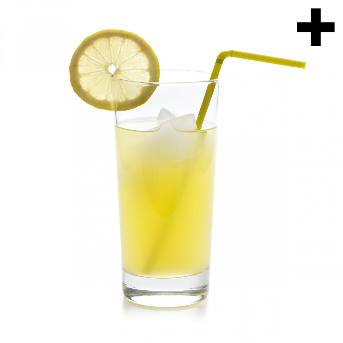 Imagen en la que se ve un vaso con limonada, una rodaja de limón en el borde y una pajita amarilla