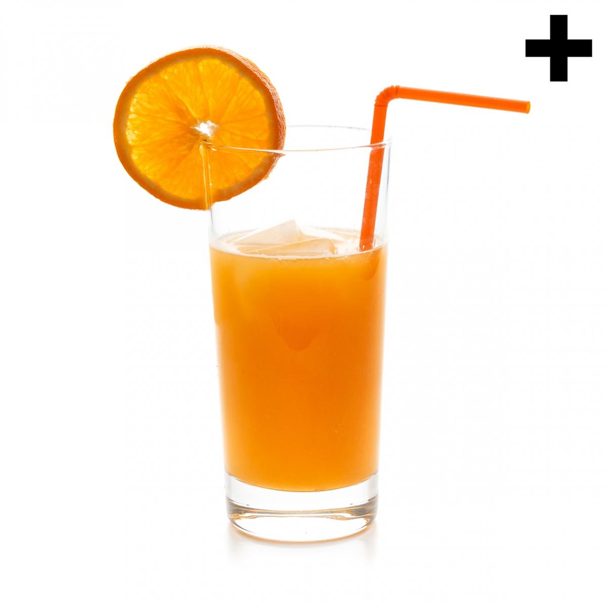 Imagen en la que se ve un vaso con naranjada, una rodaja de limón en el borde y una pajita naranja