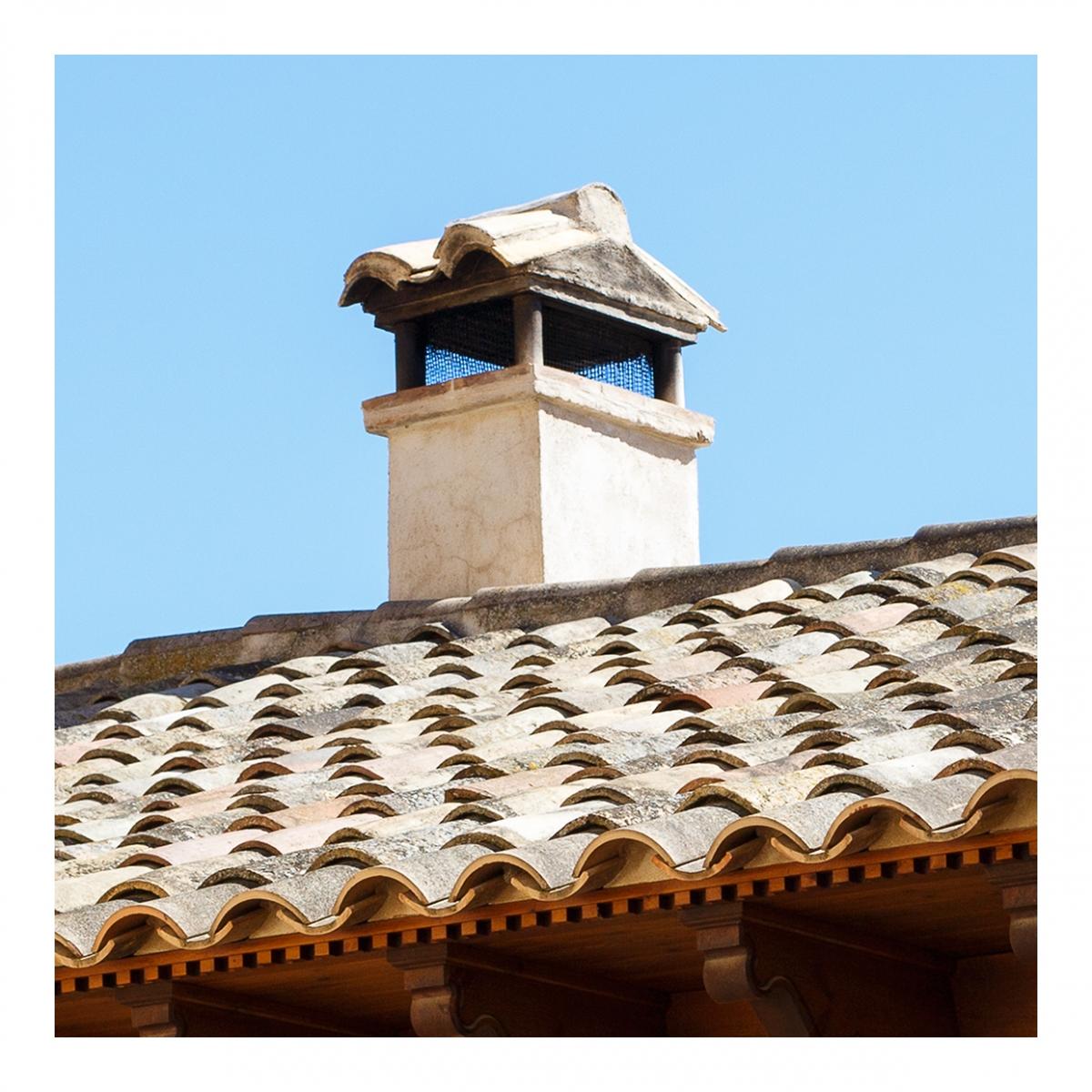 Imagen en la que se ve una chimenea en un tejado