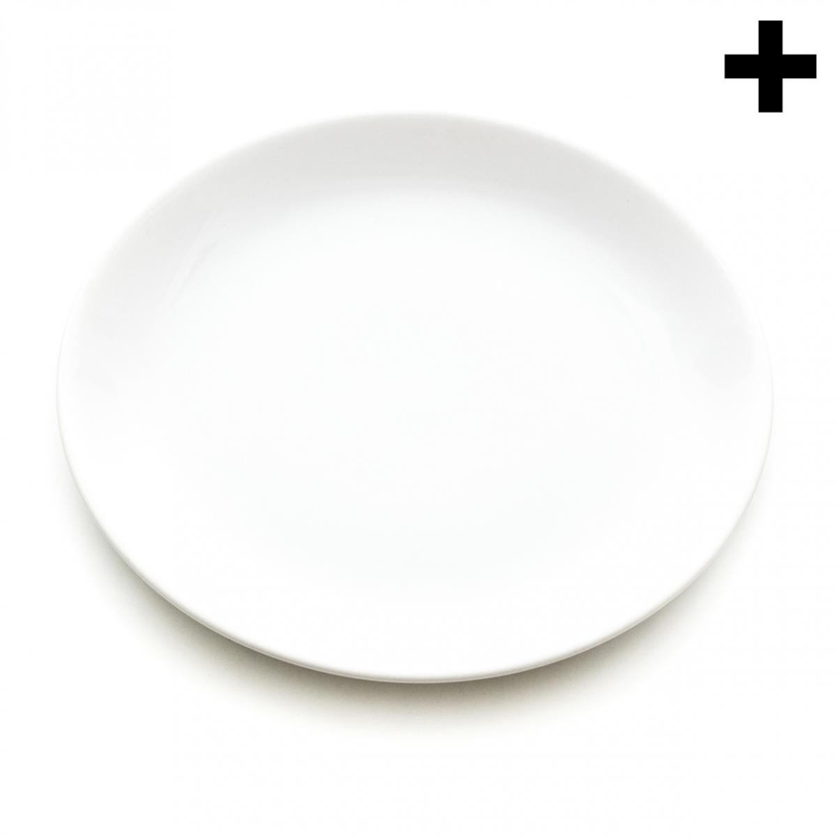 Imagen en la que se ve un plato blanco llano