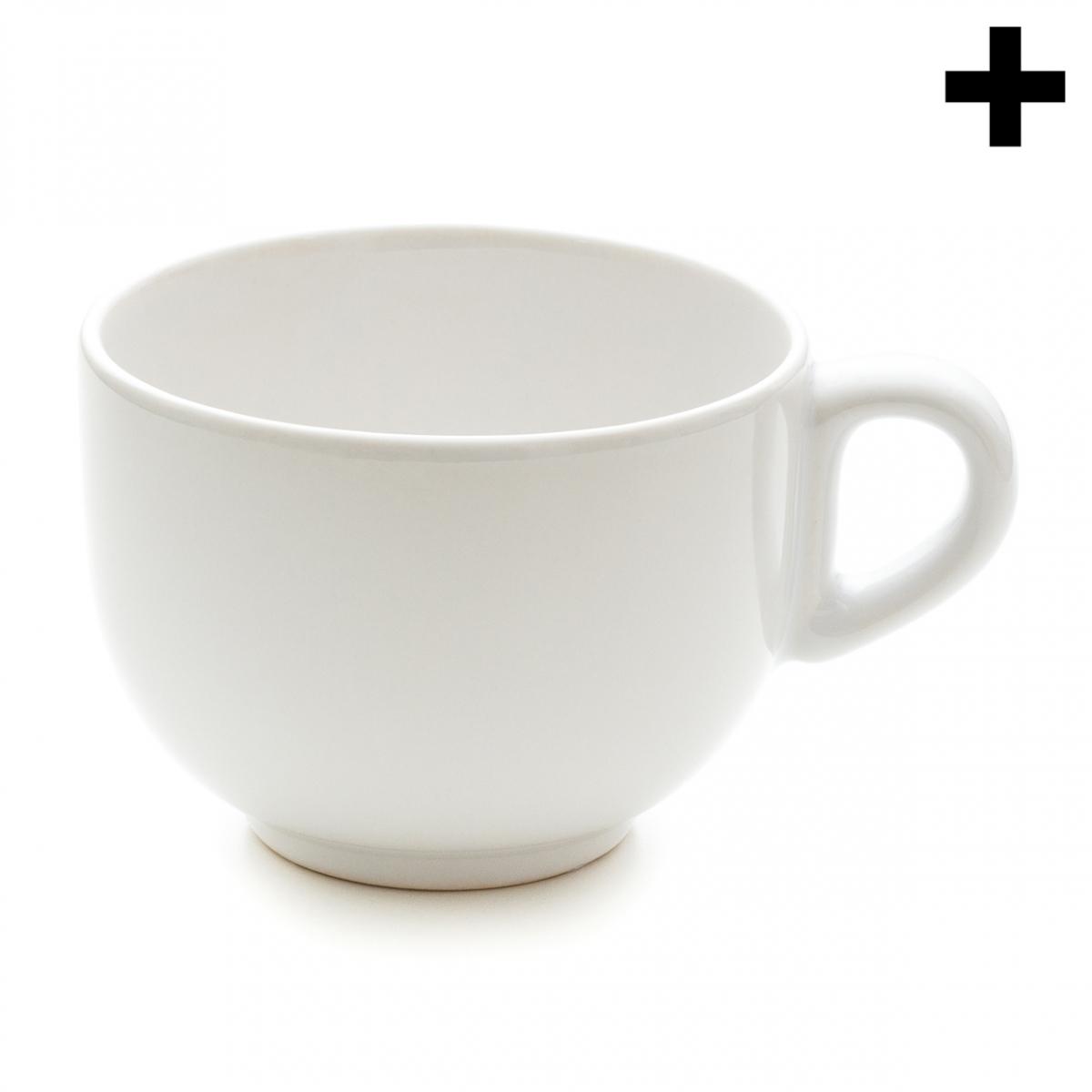 Imagen en la que se ve una taza de cerámica blanca en perspectiva lateral