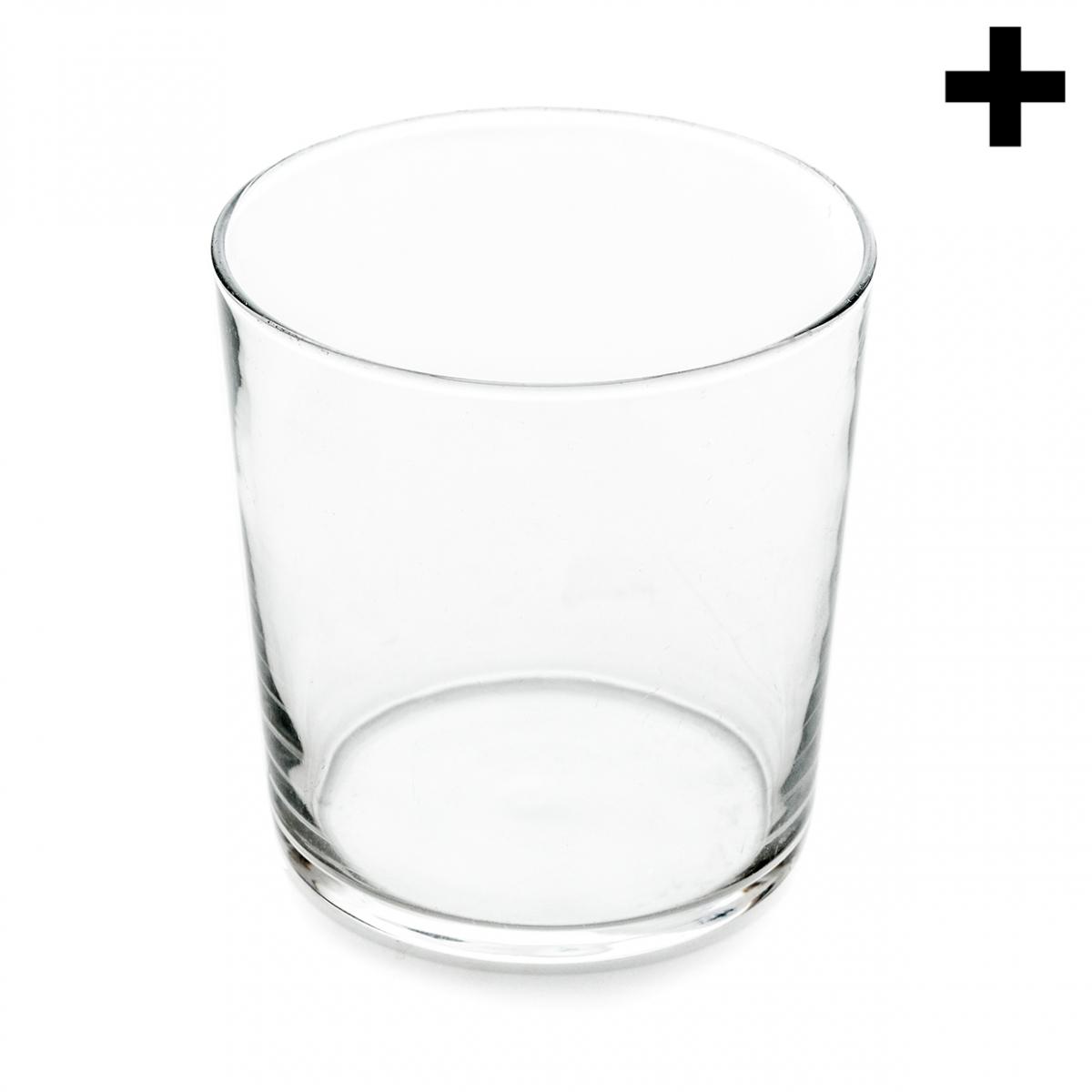 Imagen en la que se ve un vaso de cristal vacío